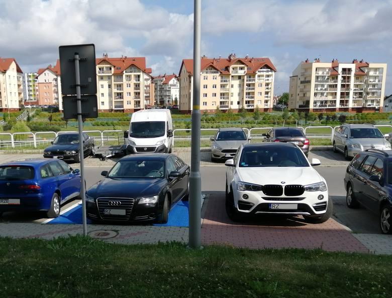 Zobacz najnowsze zdjęcia samochodów mistrzów parkowania. Miejsca dla niepełnosprawnych, chodniki i zieleńce to dla nich żaden problem. Parkują wszędzie,