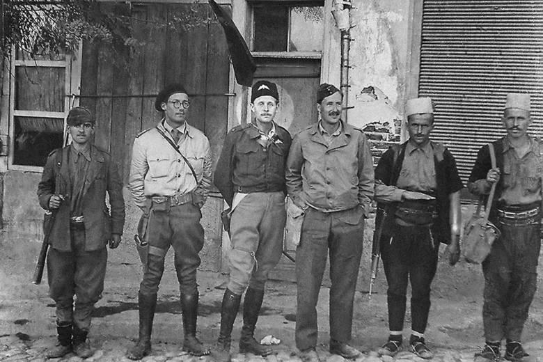 Od drugiego od lewej: mjr Alan Hare, mjr Peter Kemp i mjr Richard Riddell w Albanii (listopad 1943)