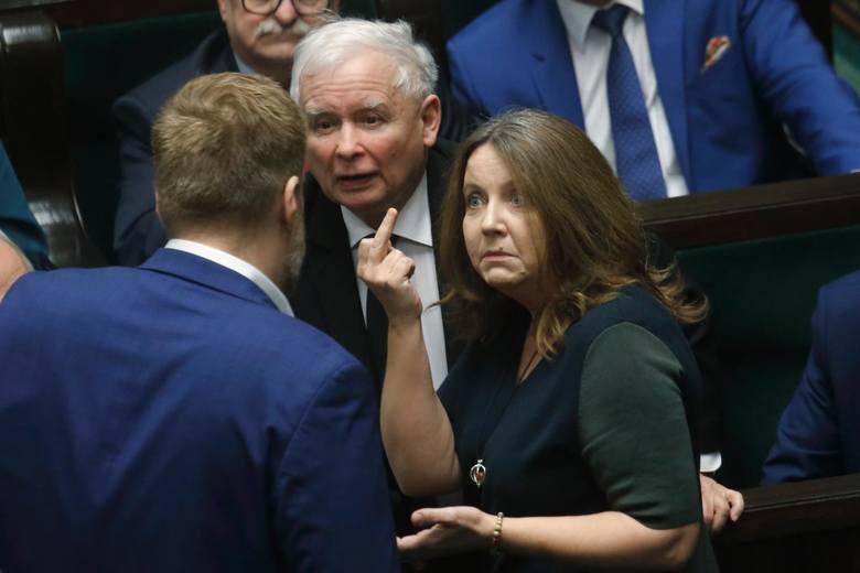 Sejm: 2 mld zł dla TVP. Joanna Lichocka pokazała środkowy palec opozycji? KO wnosi o ukaranie posłanki PiS