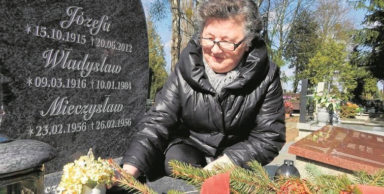- Sarny jedzą tylko kwiaty - mówi Krystyna Mielczarek ze śródmieścia nad grobem rodziców i brata.