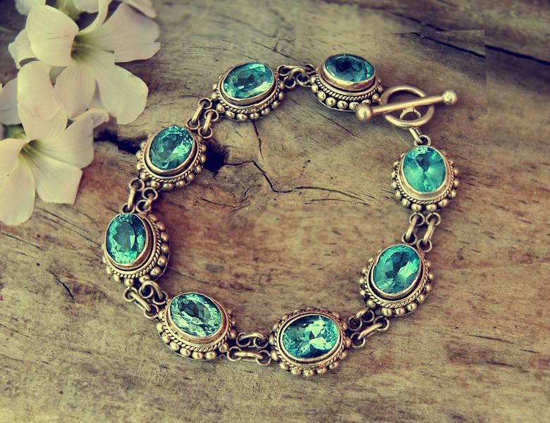 BiżuteriaJeśli zdecydujesz się na kupno biżuterii, warto wziąć komplet, tzn. kolczyki i bransoletkę czy naszyjnik i pierścionek. To słabość prawie każdej