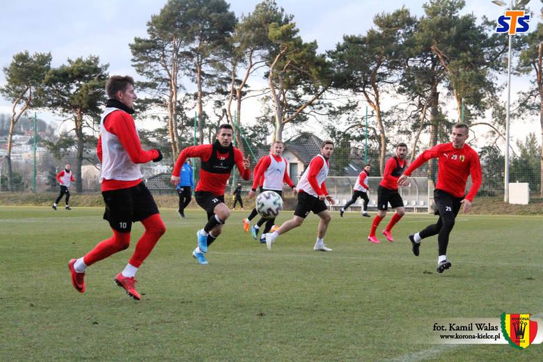 W piątkowe popołudnie piłkarze Korony Kielce pod wodzą Macieja Bartoszka odbyli ostatnią jednostkę treningową przed wymuszoną przerwą w rozgrywkach PKO