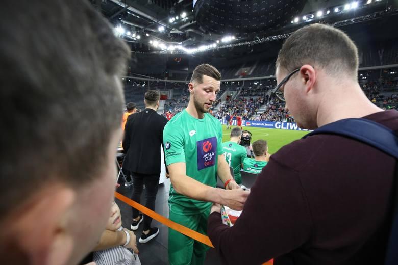 Piłkarskie gwiazdy podczas turnieju Amber Cup 2020 nie tylko grały na parkiecie, ale też rozdawały autografy i pozowały do zdjęć