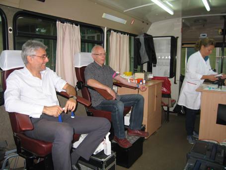 Wśród osób honorowo oddających krew byli m.in. prokurator Marek Wysłocki  z Tomaszowa Mazowieckiego (z lewej) i asp. Grzegorz Tęśkiewicz z Komendy  Policji w Koluszkach.
