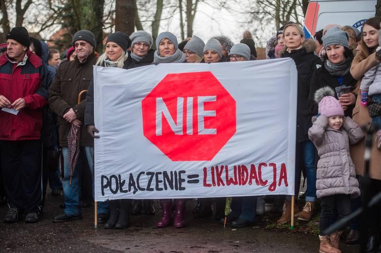 Były okrzyki, transparenty i ogromne emocje. W Sławnie zorganizowano protest przeciwko planom połączenia Szpitala Powiatowego w Sławnie ze Szpitalem