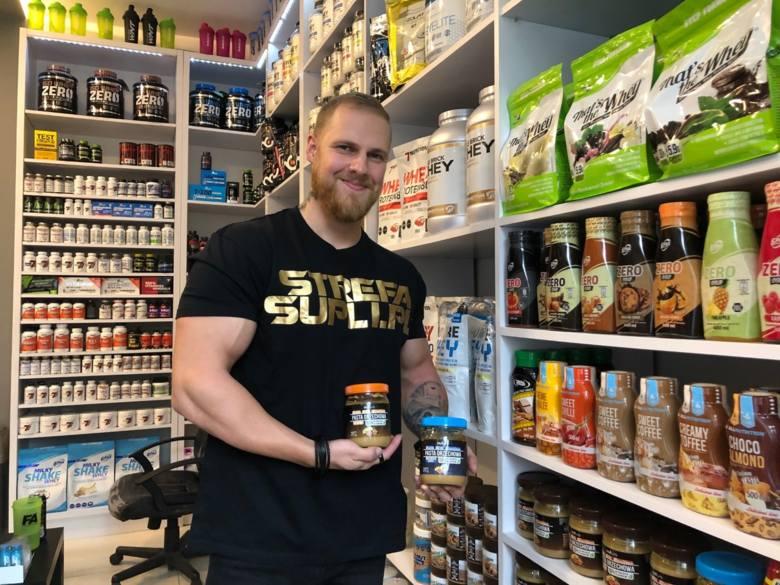 Odżywka białka serwatkowego, masło orzechowe bez oleju palmowego, a może batony proteinowe? Sprawdziliśmy, kto odwiedza sklepy z suplementami diety i