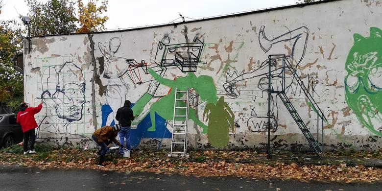 Efekt prac na budynku przy ulicy Kolejowej. Około 10 osób pracowało nad tym przez cały dzień. Aby efekt był trwały, Murki korzystają z farb fasadowych.Koty na ścianach Miejsca X w Opolu to ostatnie dzieło opolskich streetartowców.
