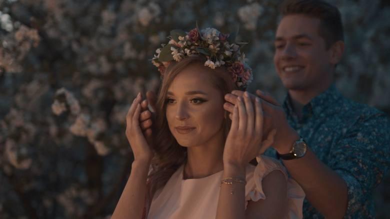 W teledysku wystąpili Julia Karasińska, finalistka Miss Ziemi Radomskiej 2019 oraz Oskar Jaroszek.
