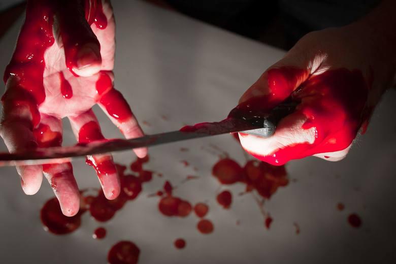 Zabójstwo odkryła jedna z lokatorek, która w niedzielę ok. godz. 6.30 natknęła się na ciało kobiety leżące w kałuży krwi na klatce schodowej. Natychmiast