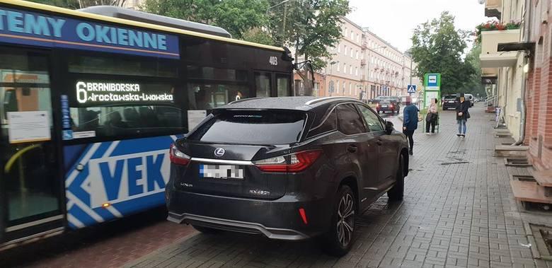 To absurdalnej sytuacji doszło w piątek, 12 lipca około godziny 14.35 na ulicy Chrobrego w Zielonej Górze. Kierowca lexusa zaparkował pojazd chodniku