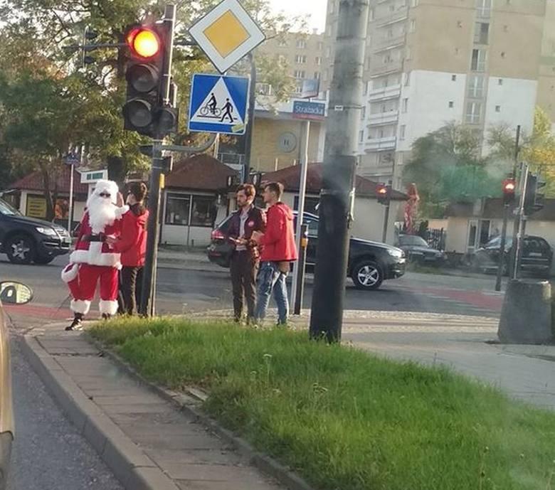 Oczy ze zdziwienia przecierali wczoraj łodzianie, którzy mijali skrzyżowanie ul. Kurczaki i ul. Strażackiej. Na jednym z narożników stał... Święty Mikołaj.