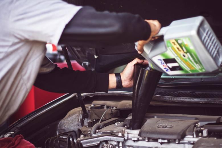 Najczęstsze usterki samochodów potrafią każdemu skutecznie zepsuć radość z posiadania samochodu. Każdy model auta ma swoje słabe punkty i doświadcza