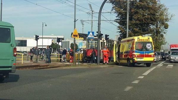W piątek 86-letnia kobieta, na przejściu dla pieszych, najprawdopodobniej na czerwonym świetle, wbiegła pod nadjeżdżający tramwaj.