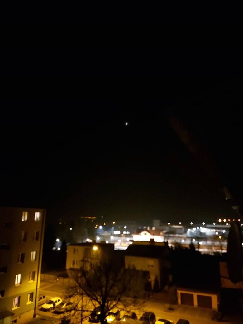 - Zauważyłem bardzo dziwne światło na niebie w okolicach Boguchwały -  napisał do nas pan Sławomir i podesłał wideo i kilka zdjęć. Czy ktoś wie co to