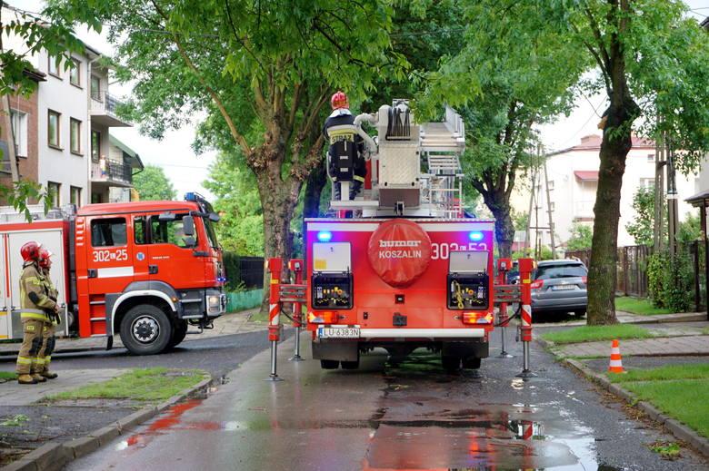 Interwencja strażaków na ul. Wyspiańskiego w Lublinie po uderzeniu pioruna. Zobacz zdjęcia