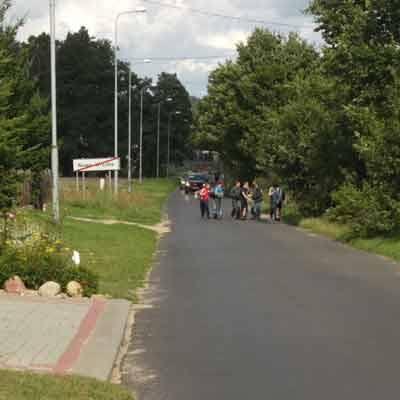 Na zdjęciach zrobionych przez naszego Czytelnika Piotra Prychoda widać, że dzieci maszerują do domu po asfalcie. Muszą uciekać na pobocze przed nadjeżdżającymi