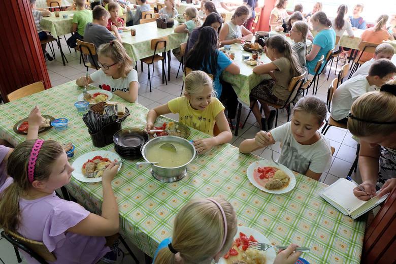 """Stołówka Szkolna Plus. Ministerstwo proponuje zmianyZmiany proponuje Ministerstwo Edukacji Narodowej. Są one efektem programu """"Stołówka szkolna""""."""