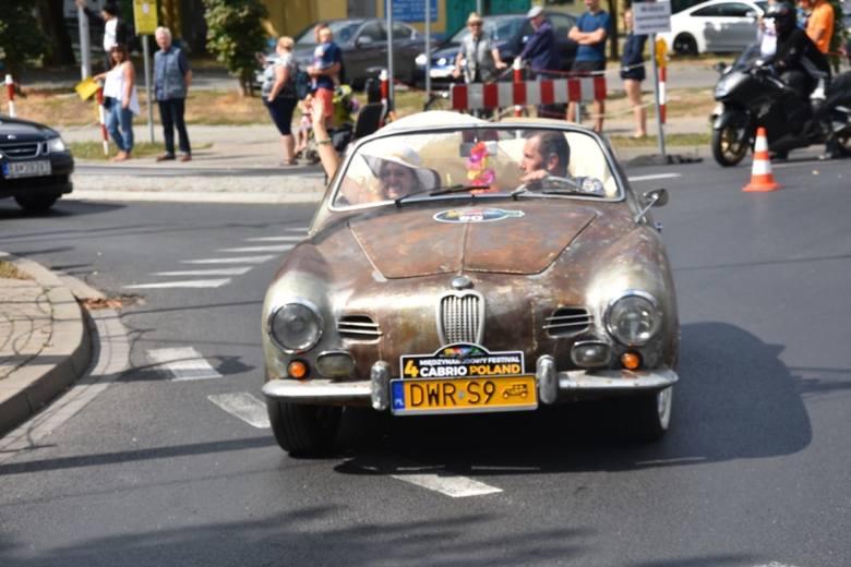Miłośnicy kabrioletów opanowali w sobotę Wągrowiec. W mieście rozpoczął się IV Międzynarodowy Festival Cabrio. Impreza potrwa do niedzieli. Każdy chętny