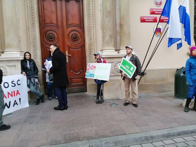 """Protest przeciw """"betonizacji Krakowa"""" pod urzędem miasta"""