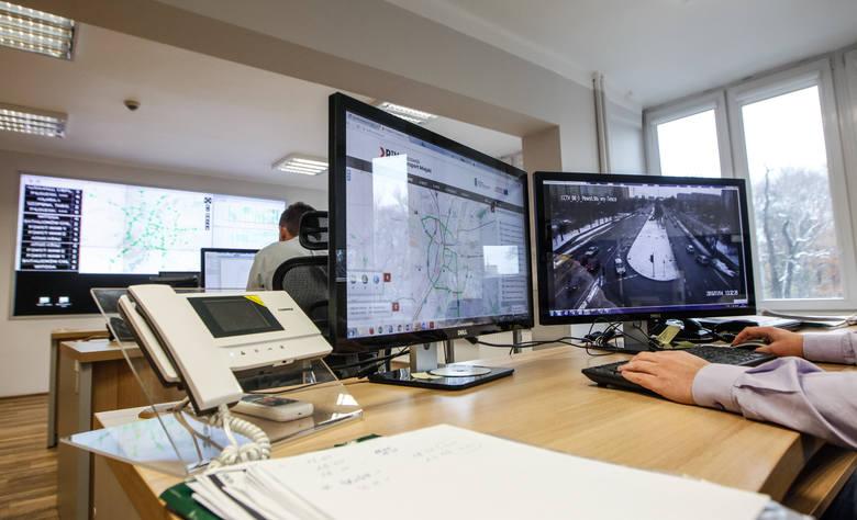 Pracownicy centrum przy ulicy Targowej mają podgląd na sytuację na 53 skrzyżowaniach objętych systemem elektronicznego sterowania ruchem. Widzą je z 68 kamer. Mogą reagować na korki, ingerując w działanie świateł.