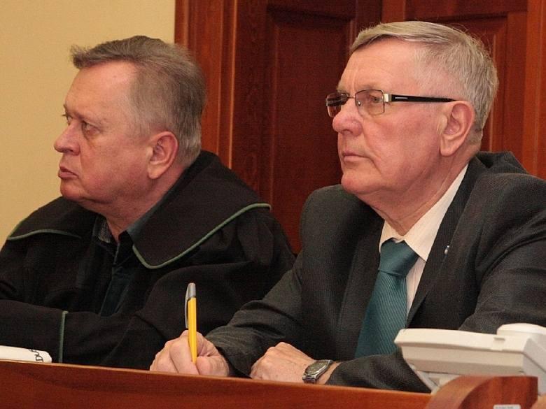 Tadeusz Dubicki ze swoim obrońcą mec. Jerzym Synowcem. Były burmistrz nie przyznaje się do zarzucanych mu przestępstw.