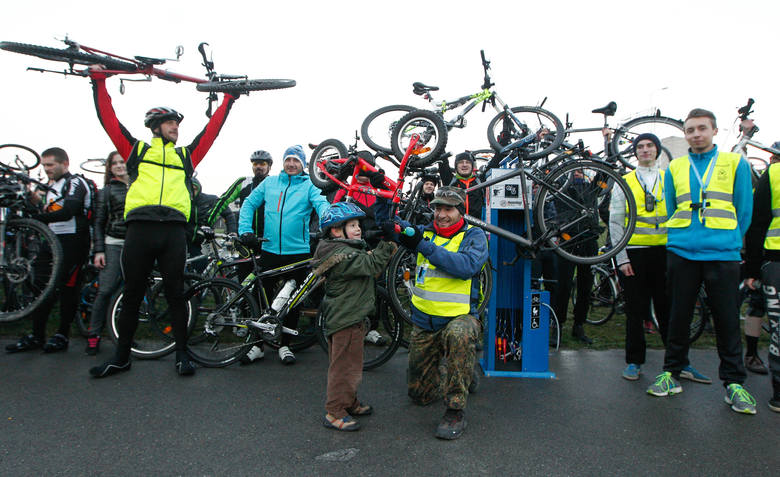 Otwarcie stacji obsługi rowerów świętowano w trakcie piątkowej rzeszowskiej masy krytycznej. Stacje obsługi rowerów działają przy zaporze na Wisłoku