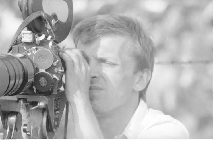 Pobyt papieża Jana Pawła II w Oświęcimiu-Brzezince podczas I pielgrzymki do Polski. Operator kamery podczas mszy św. odprawianej przez papieża Jana Pawła II na terenie byłego obozu Auschwitz II - Birkenau.<br /> Data wydarzenia: 1979-06-07