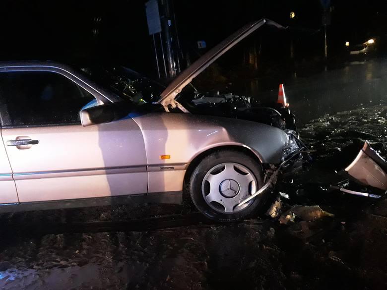 Zderzenie dwóch aut osobowych w Koronowie. Jedna osoba trafiła do szpitala.Flesz - wypadki drogowe. Jak udzielić pierwszej pomocy?