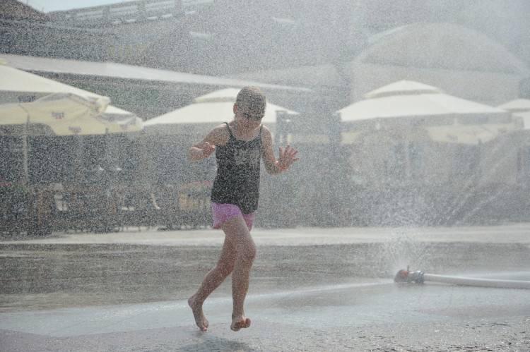 Kurtyny wodne uradowały dzieci