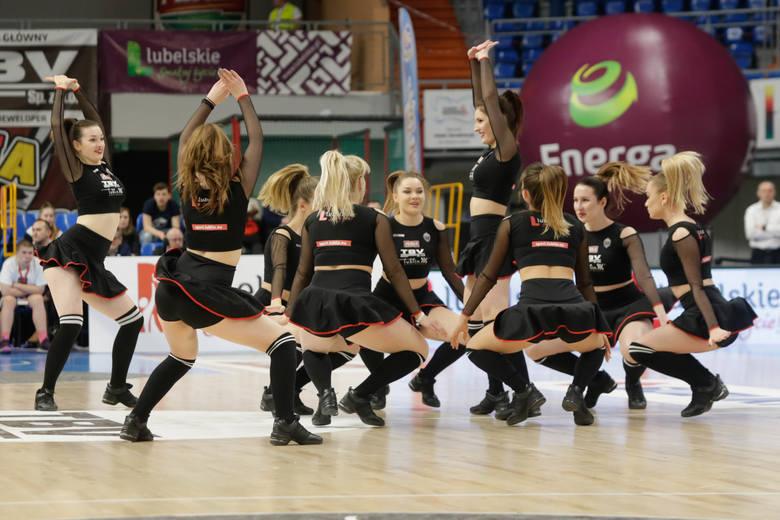Cheerleaderki i kibice na meczu koszykarzy TBV Startu Lublin ze Spójnią Stargard. Zobacz zdjęcia