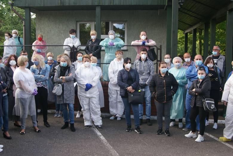 Pracownicy placówki domagają się zwolnienia dyrektorki, obwiniając ją o rozprzestrzenienie się koronawirusa wśród pensjonariuszy i personelu.