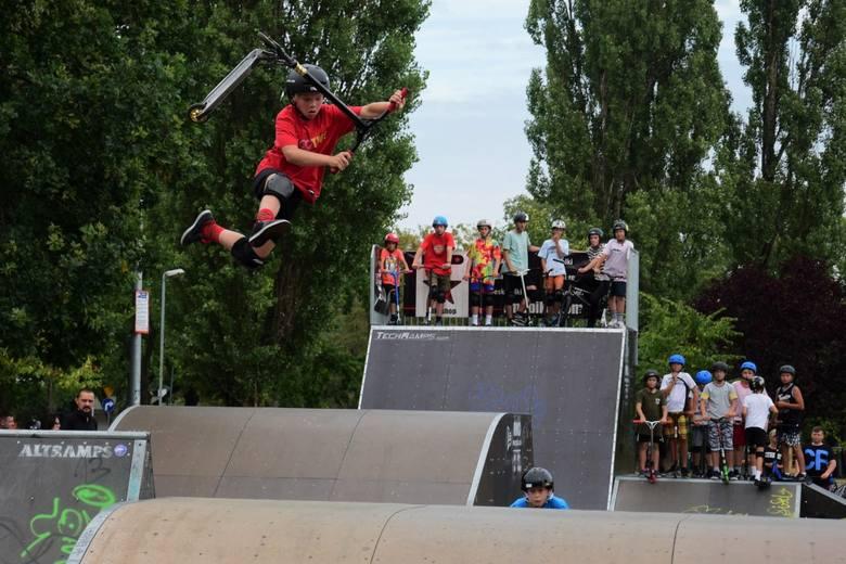 W Skate Parku u zbiegu ulic Świętokrzyskiej, Staszica i Zapadłe w Inowrocławiu trwa ekstremalna impreza. Rozgrywane są tu konkurencje na hulajnogach