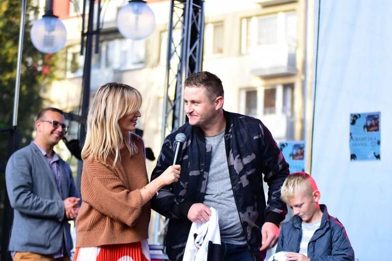 Pieniądze można też było wrzucić do puszki. Festyn poprowadził Leszek Gulewicz. A jedną z licytacji poprowadził wspólnie z gwiazdą TVN Anną Dec.