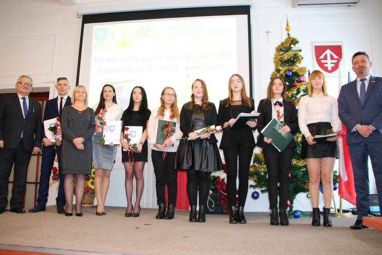 W środę 9 stycznia w starostwie powiatowym w Jędrzejowie odbyło się uroczyste wręczenie stypendiów dla wyróżniających się uczniów szkół ponadgimnazjalnych.