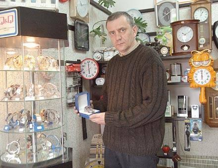 Już za 35 zł można kupić zegarek, którego mechanizm wcale nie jest gorszy od znanych marek - twierdzi Waldemar Popiak, właściciel zakładu zegarmistr