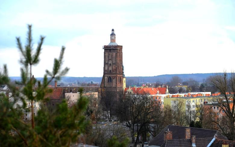 <i>Wieża kościelna, to najbardziej charakterystyczny punkt w panoramie Gubina. Zabezpieczono ją przed niszczeniem, montując na szczycie specjalną kopułę.</i>
