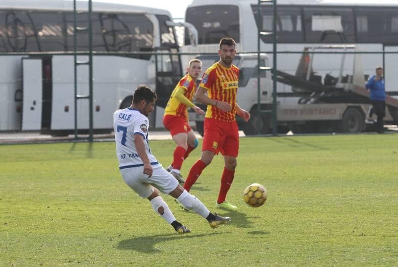 W środę Korona rozegrała pierwszy z pięciu zaplanowanych w czasie tego obozu sparingów. Jej rywalem był KF Tirana, trzeci zespół ligi albańskiej. Kielecki
