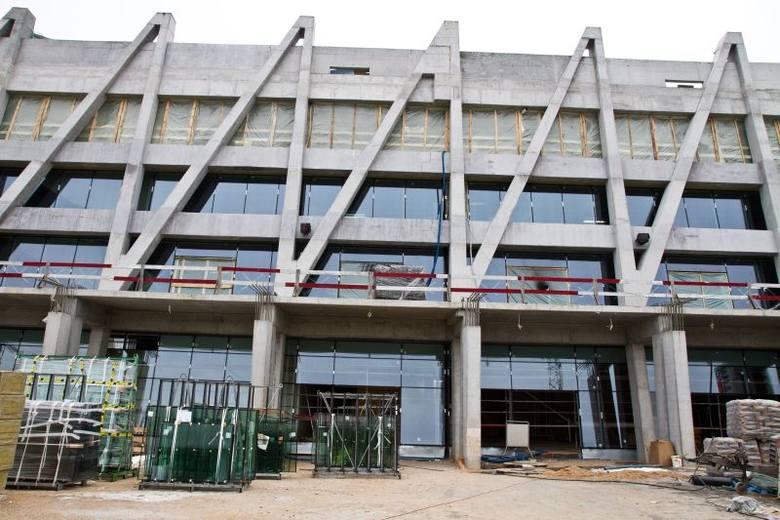 Stadion Miejski w Białymstoku ma już szyby (zdjęcia)