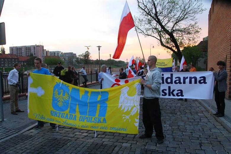 II Opolski Marsz Niepodległości rozpoczął się na ul. Księdza Baldego, pod zabytkowymi murami miasta.