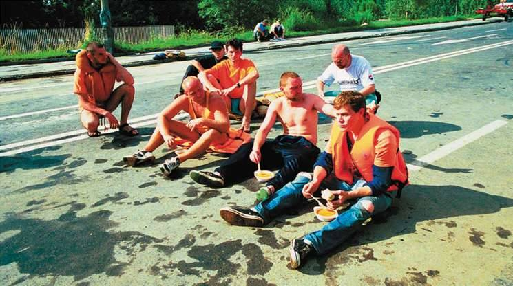 Opole 1997. Ratownicy odpoczywają na ulicy Niemodlińskiej.