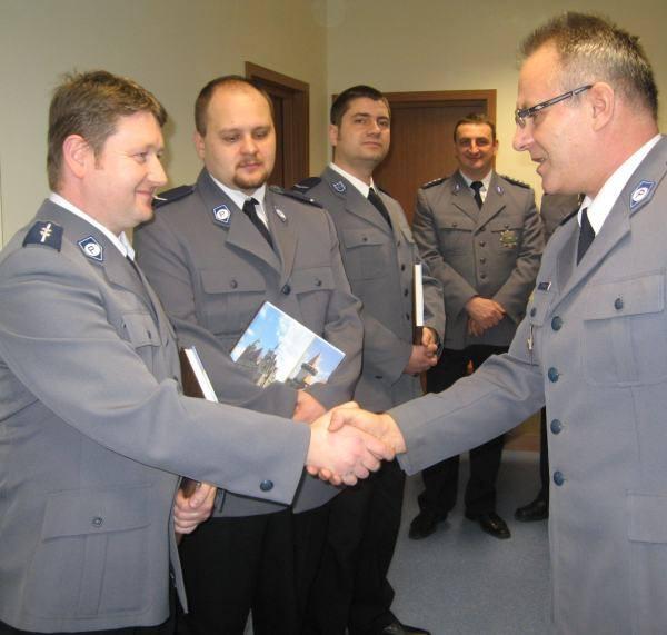 Dzielnicowy roku 2009 Bogusław Chrobak z Białej odbiera nagrodę od komendanta powiatowego Krzysztofa Mroza. Na wyniki prudnickiej policji mają wpływ