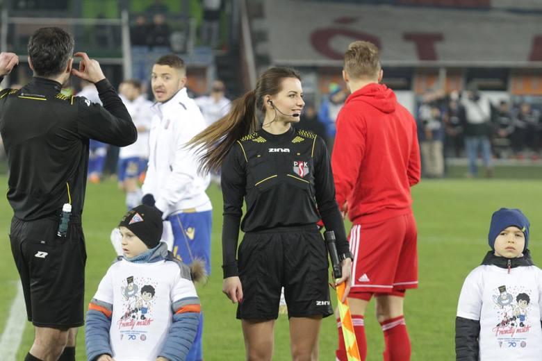 Karolina Bojar i Daniel Stefański (tyłem) przed meczem Górnik Zabrze - Hajduk Split, rozegranym 24 marca 2018 roku