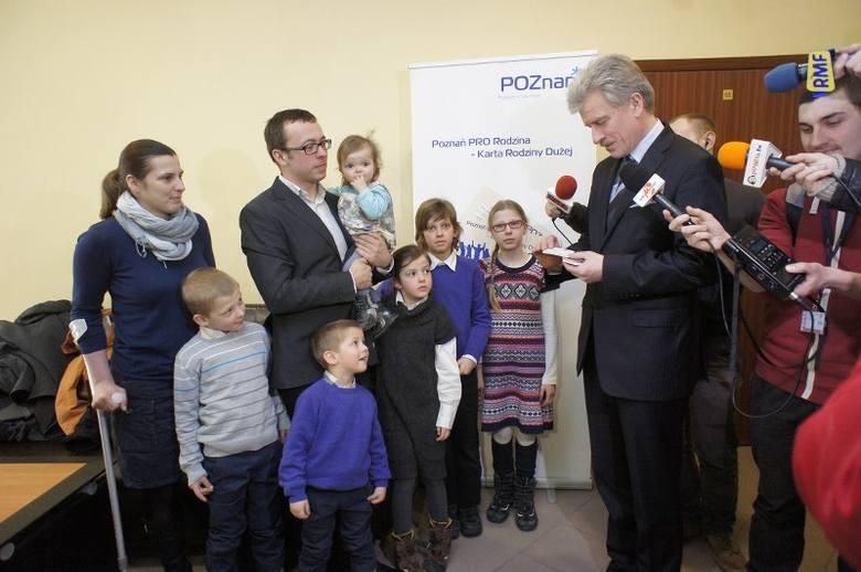 Poznań: Prezydent Grobelny wręczył pierwsze Karty Rodziny Dużej [ZDJĘCIA]