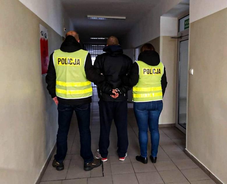"""Kryminalni z białostockiej """"trójki"""" zatrzymali 26-latka podejrzanego o posiadanie i uprawę narkotyków."""