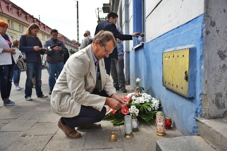 Jacek Ziętara, brat dziennikarza, pod kamienicą przy ul. Kolejowej w Poznaniu. W jej pobliżu miało dojść do porwania.
