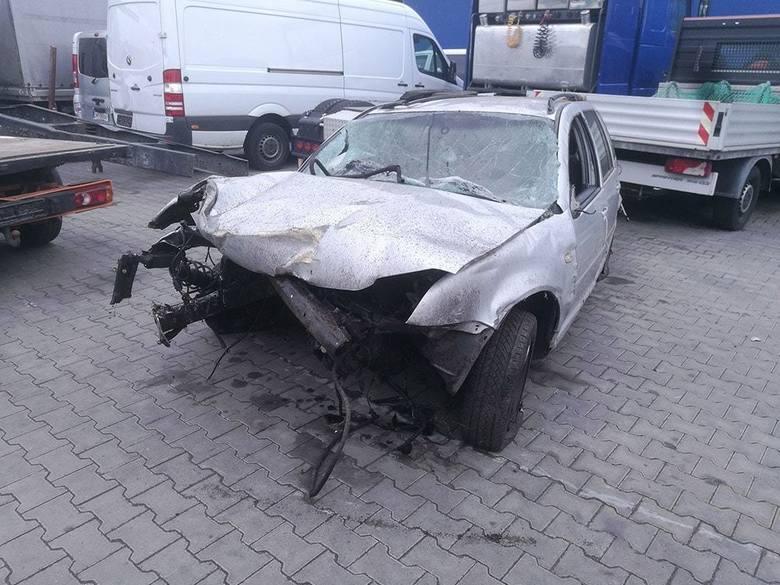 """Do zdarzenia doszło w środę, 15 maja, na """"starej trójce"""" na odcinku z Gorzowa do Myśliborza. Kierowca volkswagena wypadł z drogi i rozbił się o drzewa."""