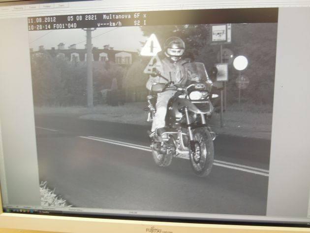 To zdjęcie zrobił motocykliście mobilny fotoradar.