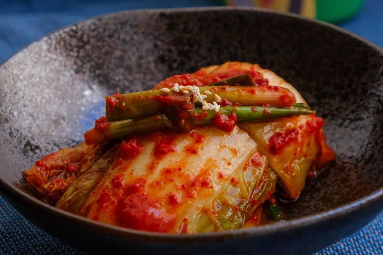 Kimchi, po polsku nazywana też kimczi, to fermentowana kapusta pekińska. Pochodzi z Korei, gdzie stanowi tradycyjne danie przygotowywane w niezliczonych