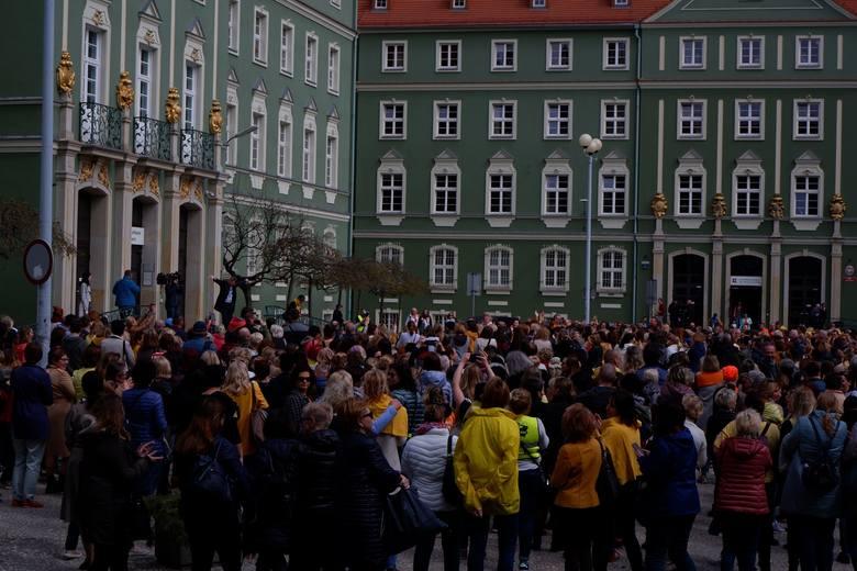 Nauczyciele, a także studenci pedagogiki specjalnej Uniwersytetu Szczecińskiego oraz wszyscy chętni wyszli w środę w południe na spacer w okolicach Urzędu