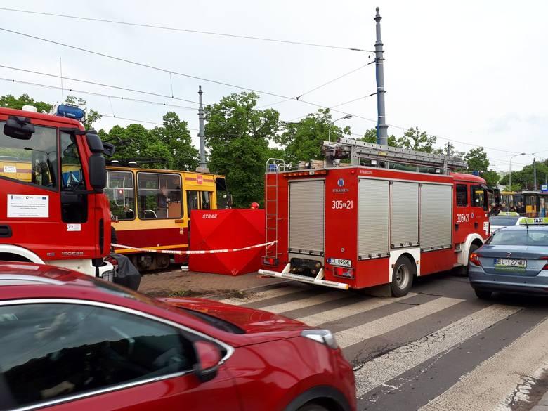 68-letni taksówkarz zginął we wtorek po południu u zbiegu ul. Piotrkowskiej i ul. Sieradzkiej, po tym, jak auto, którym kierował zderzyło się z tramwajem.